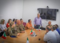 Soldati italiani distribuiscono farmaci agli ospedali locali in Kosovo