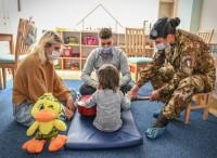 Kosovo: militari italiani assistono...