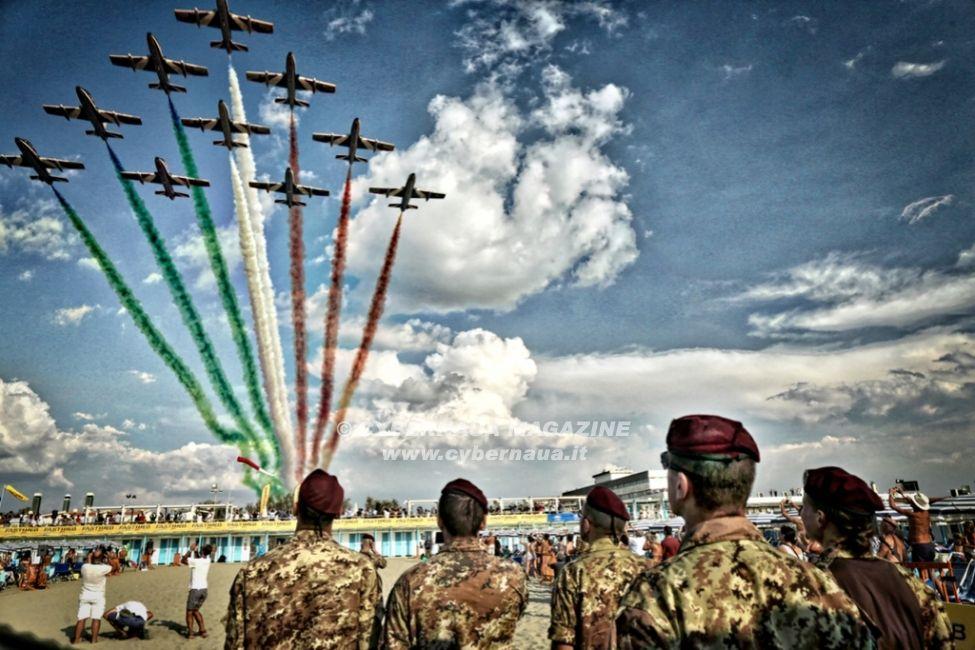 Frecce Tricolori e Paracadutisti della Folgore, un mix di entusiasmo e professionalità