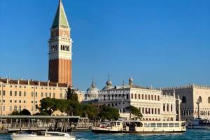 Tanti libri all'''Acqua Alta'' di Venezia
