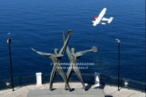 Nel porto di Taranto ammara un idrovolante